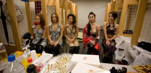 012_dancers_waiting_for_mo_img_8774